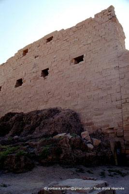 [088-1973-47] Karnak - Grande cour : Échafaudage de brique crue plaqué sur le côté Est du môle Sud du pylône I (Nectanebo Ier)