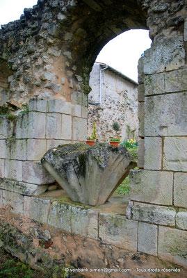 [NU904-2015-0069] 17 - Sainte-Gemme - Salle capitulaire : Ancienne retombée des nervures de la voûte posée sur l'allège d'une ouverture du mur occidental