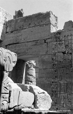 [NB078-1973-02] Karnak - Temple de Khonsou : Ramsès III (détail du mur Nord du sanctuaire, mitoyen avec la salle des offrandes)