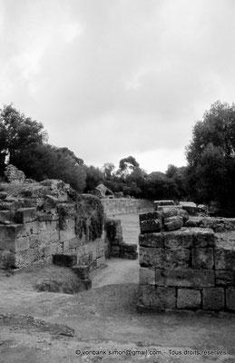 [073-1978-24] Tipasa de Maurétanie : Amphithéâtre - Porte d'accès à l'arène (vue partielle)