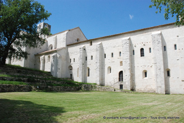 [NU003-2017-109] 13 - La Roque d'Anthéron - Abbaye de Silvacane (Façade Est) : Clocher carré - Dortoir à l'étage - Salle capitulaire et chauffoir (rez-de-chaussée)