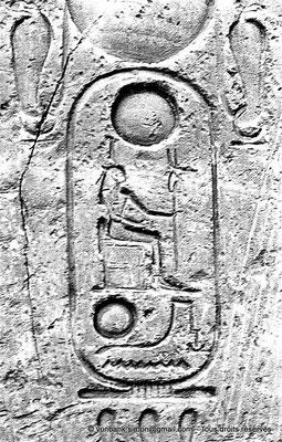 [NB079-1973-18] Louxor - Temple d'Amon-Rê : Cartouche pharaonique (titulature de Ramsès II)