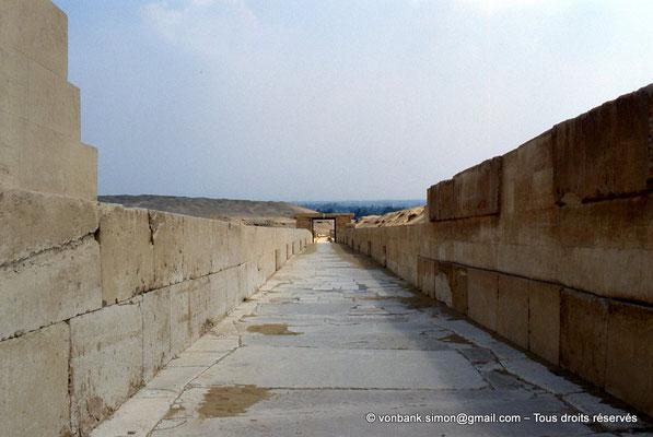 [067-1981-17] Saqqara - Ounas : Chaussée d'Ounas en direction du Temple bas