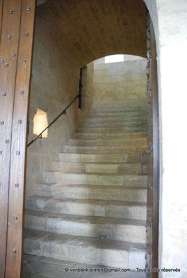 [NU003-2017-061] 13 - La Roque d'Anthéron - Abbaye de Silvacane : Escalier de jour vers le dortoir à l'étage