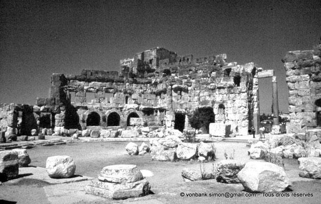 [086-1973-24] Baalbek - Temple de Jupiter : Cour hexagonale (partie Nord)