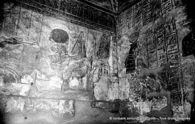 [NB078-1973-16] Karnak - Temple de Khonsou :  Hathor présente les eaux lustrales (salles latérales)