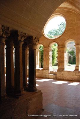 [NU001-2017-579] 34 - Villeveyrac - Valmagne : Salle capitulaire - Groupes de colonnettes à chapiteaux décorés de feuillage - Galerie Est du cloître