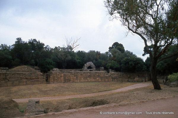 [073-1978-22] Tipasa de Maurétanie : Amphithéâtre - Vue partielle de l'arène, de son mur (podium) et de deux portes d'accès