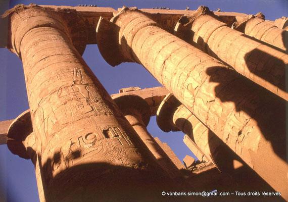 [082-1973-12] Karnak - Salle hypostyle : Allée principale (colonnes à chapiteaux papyriformes ouverts)