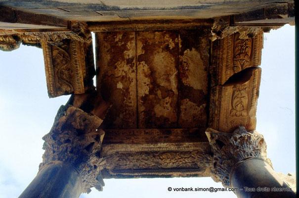 [007-1983-20] Haïdra (Ammaedara) : Arc de Triomphe de Septime Sévère - Détail de l'entablement de colonnes corinthiennes
