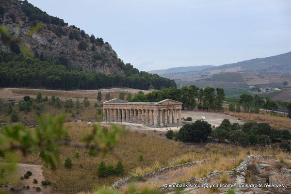 [NU906-2019-1380] Ségeste : Temple inachevé (vue prise en cheminant du Théâtre vers le Temple)