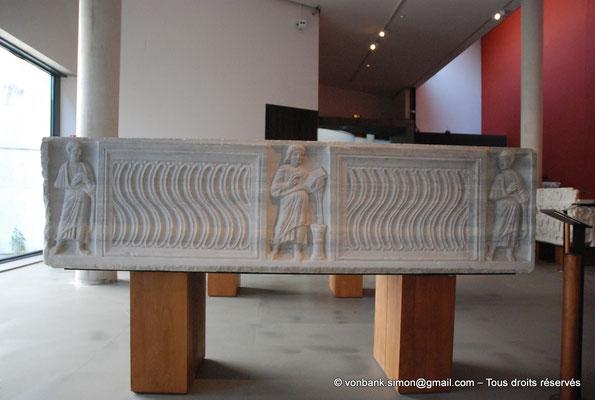[NU001k-2018-0061] Arles (Arelate) : Sarcophage du Christ Nimbé, fin du IV° siècle - Proviendrait des Alyscamps - Sarcophage à strigiles, avec le Christ au centre et deux apôtres aux extrémités