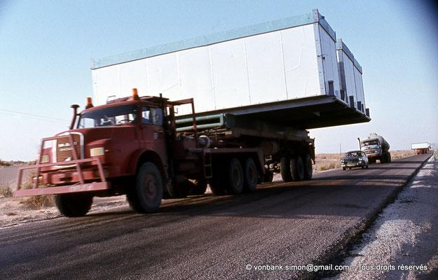 [015-1979-23] Désert - Convoi de poids lourds transportant une base vie