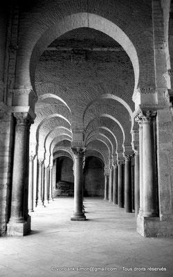 [NB012-1981-22] Kairouan : Mosquée Oqba Ibn Nafi - Portique Sud précédant la salle des prières