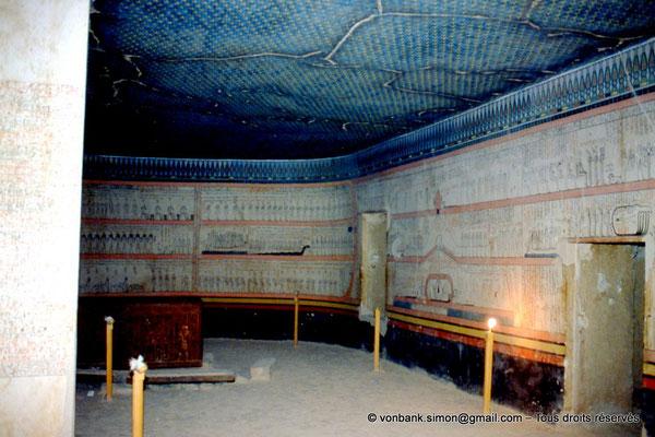 [063-1981-03] KV 34 Thoutmôsis : Derrière le sarcophage en quartzite, les 11° et 12° Heures de l'Amdouat, puis, sur la droite, la 5° Heure (chambre funéraire)