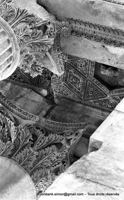 [NB071-1973-15] Baalbek : Temple de Bacchus - Chapiteaux du bas-côté (détail)