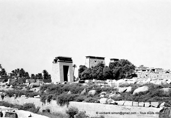 [NB070-1973-12] Karnak - Temple de Khonsou : Porte de Ptolémée III Evergète, premier pylône et côté Est du temple