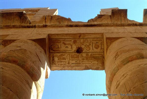[082-1973-16] Karnak - Salle hypostyle : Colonnes à chapiteaux papyriformes fermés - Architrave