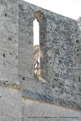 [NU001-2017-525] 34 - Gigean - Saint-Félix de Montceau : Au travers d'une fenêtre haute de la façade Nord, la rosace occidentale