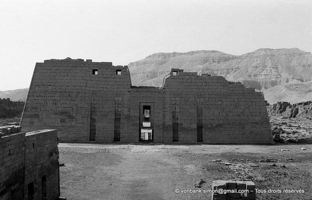 [NB086-1981-57] Medinet Habou : Premier pylône du grand temple de Ramsès III (Pharaon savoure sa victoire sous la protection d'Amon-Rê et de Rê-Horakhty)