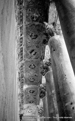 [NB071-1973-19] Baalbek : Temple de Bacchus - Bas-côté avec son plafond à caissons
