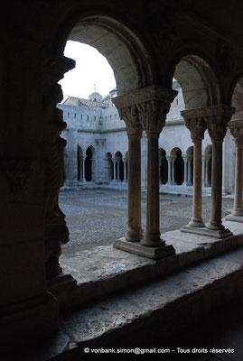 [NU001i-2018-0075] 13 - Arles - Saint-Trophime - Cloître : Depuis la galerie Est, vue sur l'angle extérieur des galeries Nord et Ouest