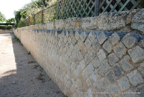 [NU003-2017-484] Caumont sur Durance (Clos-de-Serre) : Partie du mur de clôture du jardin avec parement en opus reticulatum