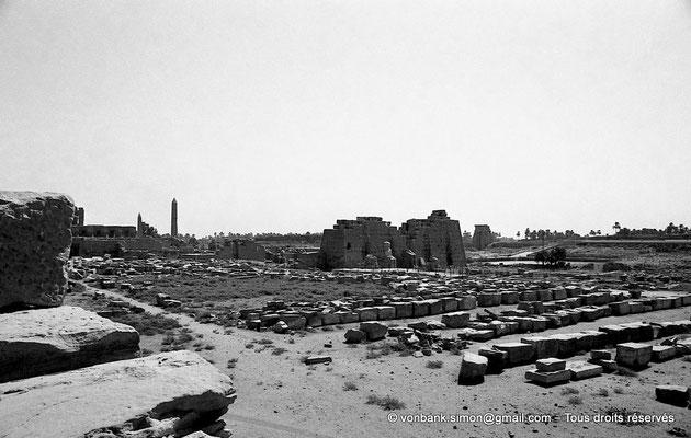 [NB078-1973-18] Karnak - Propylées du Sud : Cour comprise entre les pylônes VIII et IX - Au centre, façade Sud du pylône VIII (vue prise depuis le toit-terrasse du temple de Khonsou)