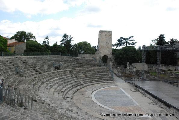 [NU001i-2018-0040] Arles (Arelate) - Théâtre : Cavea, orchestra et scène - En arrière-plan, la tour de Roland, seul vestige des trois niveaux d'élévation de la façade extérieure du théâtre