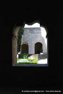 [NU003-2017-114] 13 - La Roque d'Anthéron - Abbaye de Silvacane : Cloïtre - Restes du lavabo