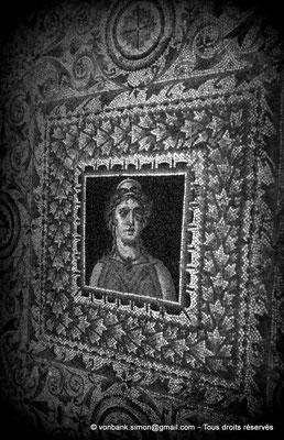 [079-1979-47] Bulla Regia : Portrait de femme en buste (Mosaïques de la maison d'Amphitrite (sous-sol))
