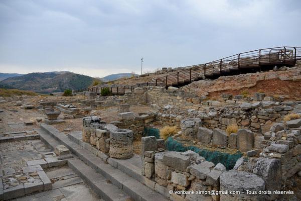 [NU906-2019-1365] Ségeste - Agora : Vue partielle des ruines du portique monumental Nord