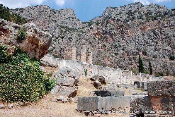 [NU901-2008-0154] GR - Delphes - Sanctuaire d'Apollon : Mur polygonal de soutènement du temple et Portique des Athéniens - au-dessus, colonnes Sud du temple