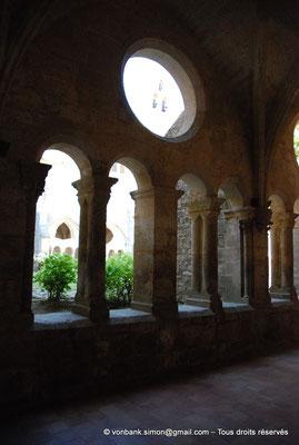[NU001-2017-594] 34 - Villeveyrac - Valmagne : Cloître - Galerie Sud - On entraperçoit dans l'oculus le mur-clocher