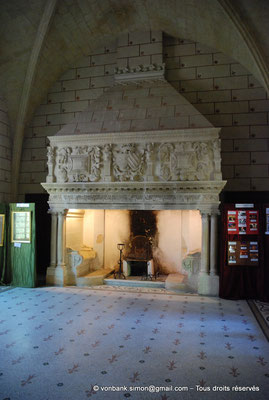 [NU001-2017-582] 34 - Villeveyrac - Valmagne : Réfectoire - Cheminée Renaissance avec cousièges, rapportée du château de Cavillargues dans le Gard