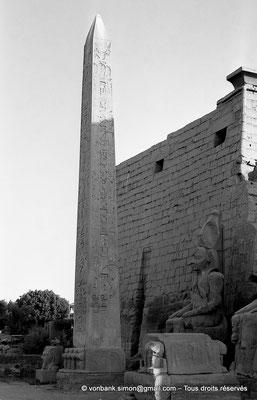 [NB074-1973-50] Louxor - Temple d'Amon-Rê : Obélisque et statue (Ramsès II) devant le pylône