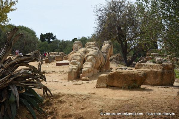 [NU906-2019-1592] Agrigente - Temple de Zeus Olympien : Reconstitution en position couchée d'un Atlante (ou télamon)