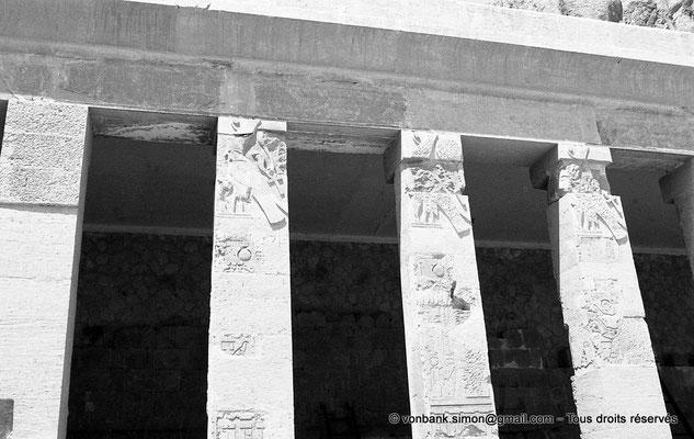 [NB086-1981-39] Deir el-Bahari : Temple d'Hatchepsout - Détail du premier portique de la première cour (côté Nord)