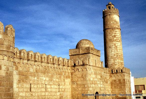 [011-197 -05] Sousse (Hadrumetum) : Ribat (mur Sud : Haut de la porte d'entrée et tour Sud-Est) utilisée comme minaret