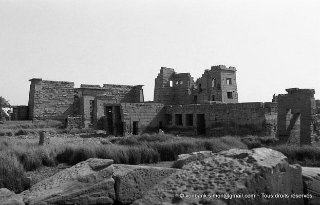 [NB086-1981-59] Medinet Habou : Ruines du petit temple des Thoutmosides - à l'arrière, le Migdol (intérieur du site)