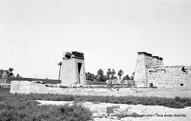 [NB070-1973-20] Karnak - Temple de Khonsou : Porte de Ptolémée III Evergète, premier pylône et côté Est du temple
