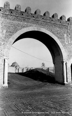 [NB015-1981-15] Kairouan : Bab el Khoukha - En arrière plan, la grande mosquée (Oqba Ibn Nafi)