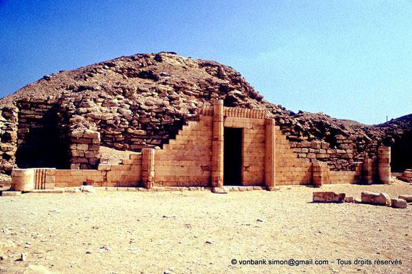 [083-1973-01] Saqqara - Djoser : Maison du Sud avec sa porte d'entrée surmontée d'une frise de khékérou