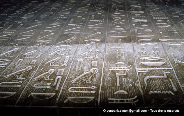 [067-1981-10] Saqqara : Textes des pyramides (détail)