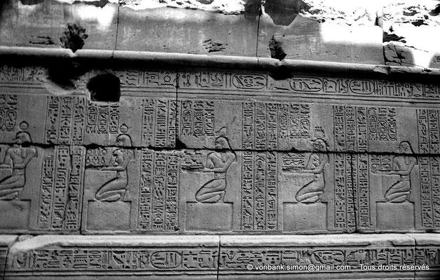 [NB070-1973-52] Karnak - Temple d'Opet : Auguste accompagné de divinités apporte des offrandes au dieu Osiris (soubassement de la façade extérieure Est (registre Nord))