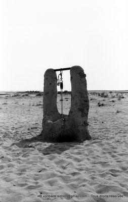 [NB005-1981-31] Désert - Puits