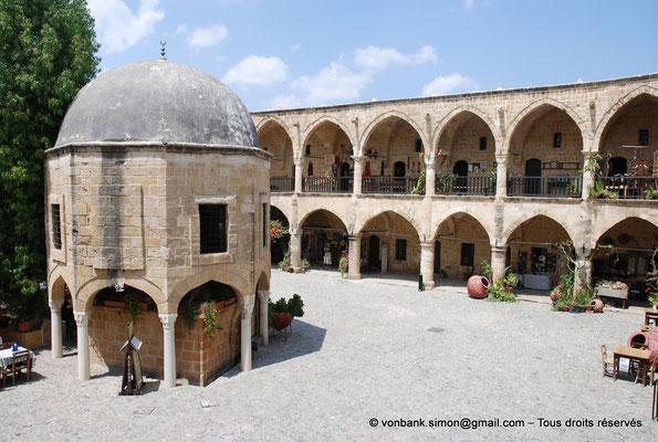 [NU905-2014-0301] Nicosie - Agia Sophia : Fontaine centrale - Vue partielle de la cour intérieure du Büyük Han avec ses deux niveaux de galerie