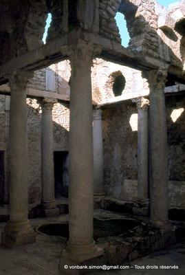 [079-1979-24] Bulla Regia : Maison de la chasse - Etage souterrain : Péristyle orné de colonnes à chapiteaux corinthiens
