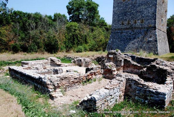 [NU902-2010-076] Butrint (Buthrotum) : Devant la tour vénitienne (début du XVI° siècle), ruines de petits thermes romains