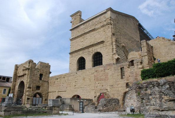 [NU001e-2018-0060] Orange (Arausio) : Massif Ouest (basilica) du mur de scène - En bas, sur la gauche, porte monumentale d'accès au temple dédié au culte de l'empereur